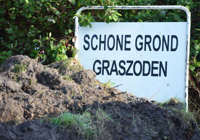Graszoden met grond.