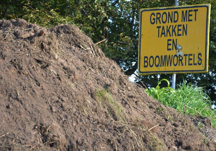 Schone grond met takken en boomwortels.