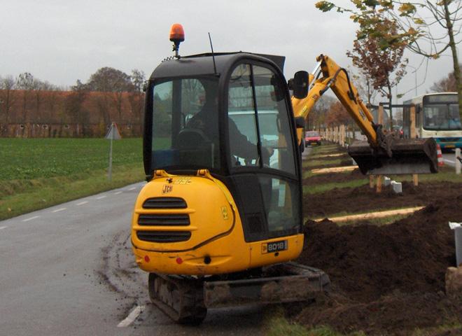 JCB 8018 | Bomen planten aan de Winschoterweg